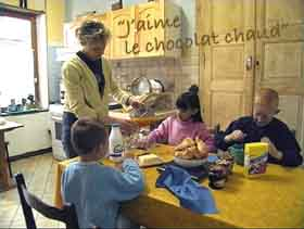 Primary French - French family eating breakfast